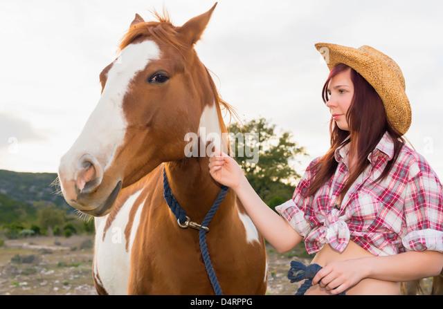Weibliche Teenager streicheln eine Pferd, Weiblich 19 kaukasischen Stockbild