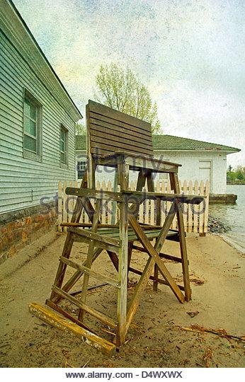 Alte verlassene Rettungsschwimmer Stuhl am Strand, Alexandria Bay, New York Stockbild