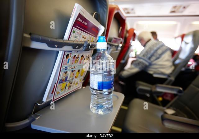 Flasche Wasser auf Tablett Tisch Innenraum der Passagierkabine jet2 Flugzeuge im Flug Europa Stockbild