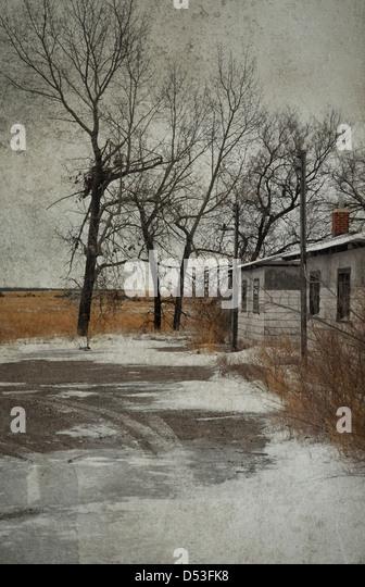 Tiefbetrübt aussehendes Landschaft und verlassenen alten Gebäude im winter Stockbild