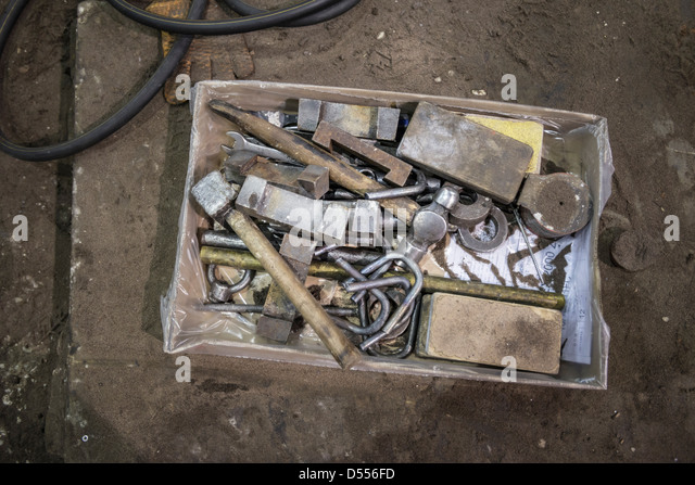 Box von Werkzeugen in Metallgießerei Stockbild