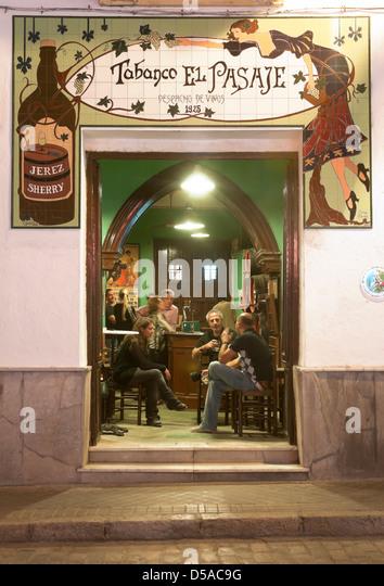 Typische Taverne namens 'tabanco El Pasaje' in Jerez de la Frontera, Provinz Cadiz, Andalusien, Spanien, Stockbild