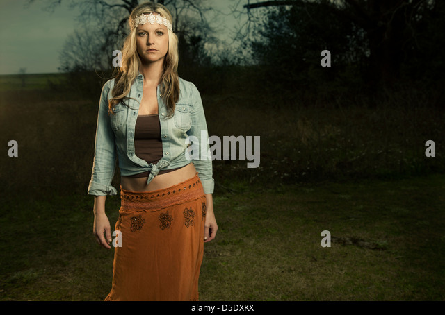 Frau im Feld in Vintage-Kleidung Stockbild