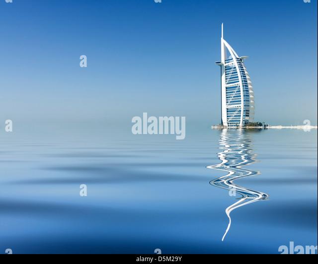 Reflexion von Luxus Burj al Arab Hotel am Strand in Dubai Vereinigte Arabische Emirate VAE Stockbild