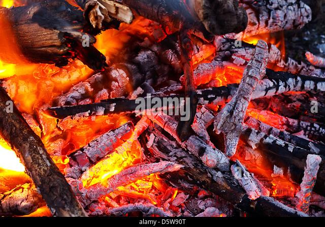 Naturholz melden Feuer Glut glühende großartig für Hintergrund oder in Festbrennstoff-Öfen jetzt Stockbild