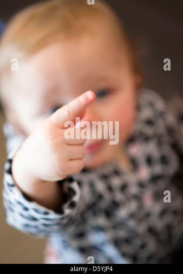 Baby Girl zeigt Finger Stockbild