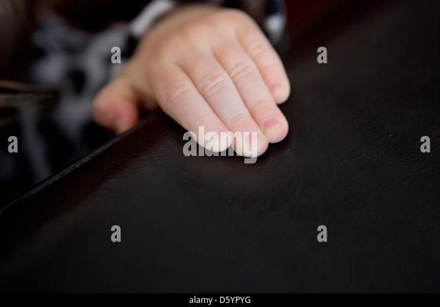 Kind an der Hand Stockbild