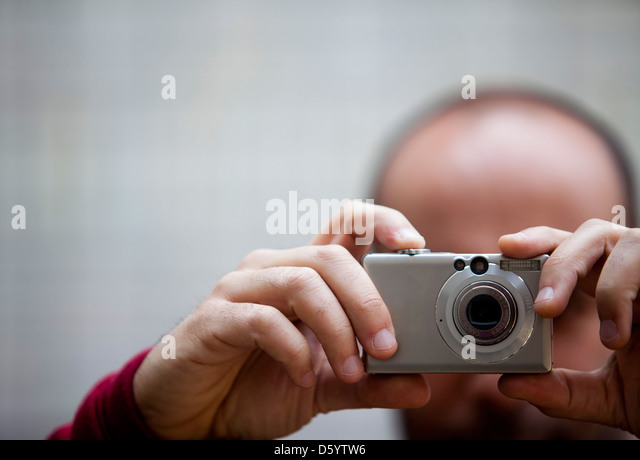 Mann mit dem Fotografieren, Nahaufnahme Stockbild