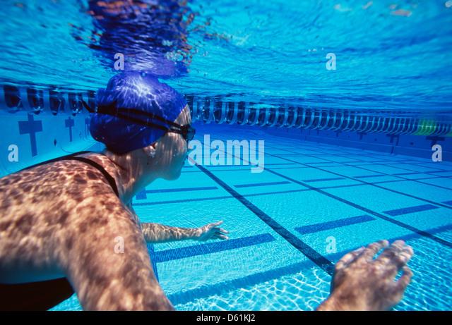 Kaukasische weiblicher Schwimmer, Schwimmen im pool Stockbild
