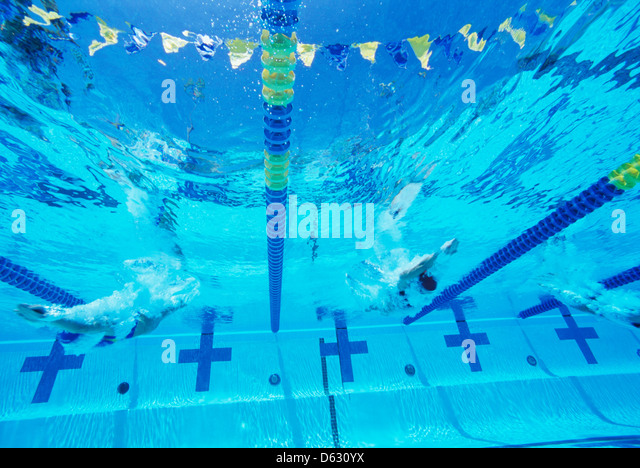 Unterwasser-Blick von professionellen Teilnehmern racing im pool Stockbild