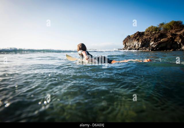 Surfer paddeln im Ozean Stockbild
