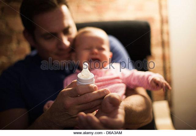 Fütterung schreiendes Baby Tochter Vater Stockbild