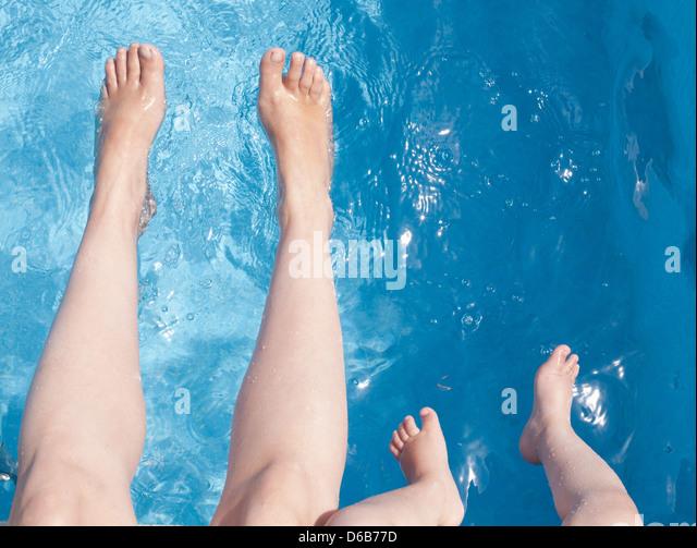 Mutter und Sohn spielt im Schwimmbad Stockbild
