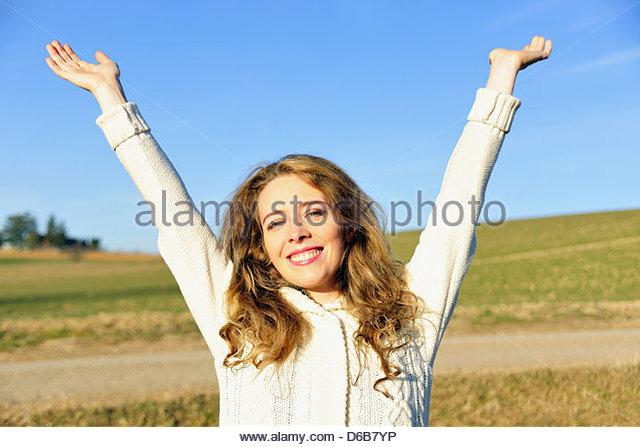 Frau im ländlichen Bereich jubelt Stockbild