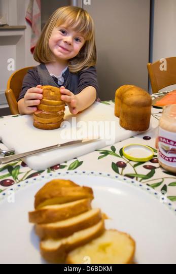 Mädchen mit Teller mit geschnittenem Kuchen Stockbild