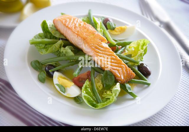 Filet vom Lachs gebraten in Olivenöl, dann serviert auf einem Bett aus Nicoise mit vinaigrette Stockbild