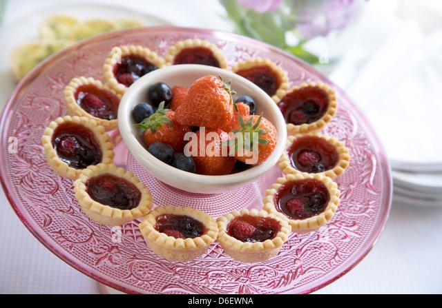 Mini süße Gebäck Sommer Beeren Marmelade Törtchen, mit extra frische Beeren. Stockbild