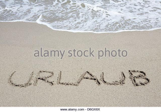 Deutsches Wort für Urlaub in Sand Prunete Korsika geschrieben Stockbild