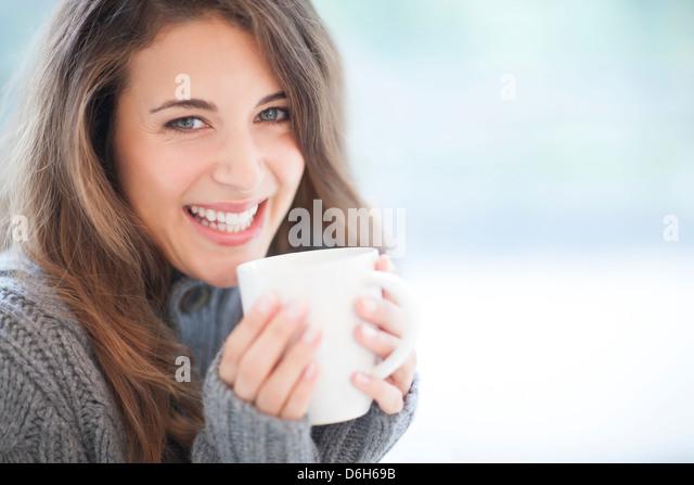 Frau mit Heißgetränk Stockbild