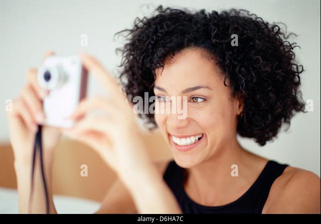 Frau mit dem Fotografieren Stockbild