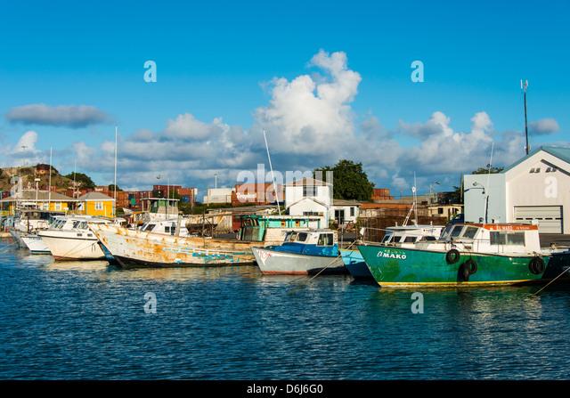 Boote im Hafen der Hauptstadt St. Johns in Antigua, Antigua und Barbuda, West Indies, Karibik, Mittelamerika Stockbild