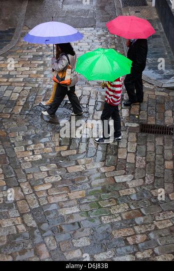 Regen Sie auf gepflasterten Straße, Sevilla, Andalusien, Spanien, Europa Stockbild
