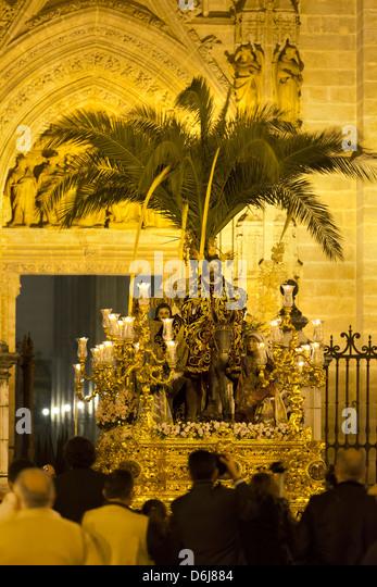 Semana Santa (Karwoche) Float mit Bild Christi außerhalb der Kathedrale von Sevilla, Sevilla, Andalusien, Spanien, Stockbild