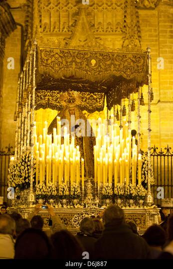 Semana Santa (Karwoche) Float (Pasos) mit Bild der Jungfrau Maria vor der Kathedrale von Sevilla, Sevilla, Andalusien, Stockbild