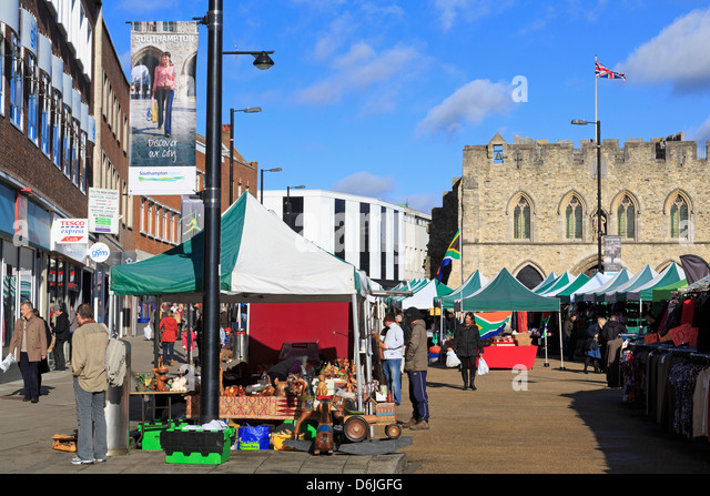 Samstagsmarkt auf High Street, Southampton, Hampshire, England, Vereinigtes Königreich, Europa Stockbild
