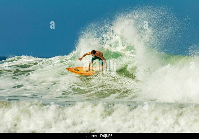 Surfer am Shortboard Welle am beliebten Playa Guiones Surf Beach, Nosara, Nicoya Halbinsel, Provinz Guanacaste, Stockbild
