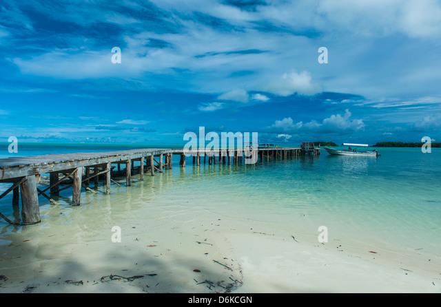 Bootsanlegestelle auf Karpfen Island, einer der die Rock Islands, Palau, Central Pacific, Pazifik Stockbild