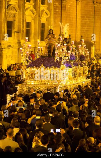 Semana Santa (Karwoche) Float (Pasos) mit Bild von Christus vor der Kathedrale, Sevilla, Andalusien, Spanien, Europa Stockbild