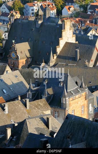 Dächer von mittelalterlichen Gebäuden in Marburg, darunter das Rathaus und die alte Universität, Stockbild