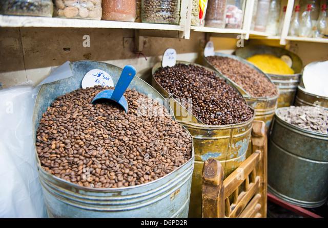 Kaffeebohnen für Verkauf in den Souks von Marrakesch, Marokko, Nordafrika, Afrika Stockbild