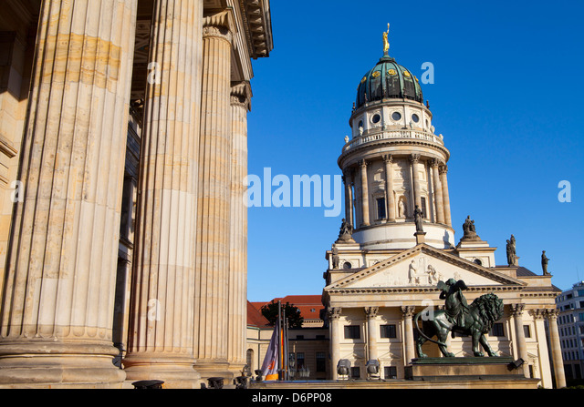 Theater mit Franzosisch (Französisch) Kirche im Hintergrund, Gendarmenmarkt, Berlin, Deutschland, Europa Stockbild