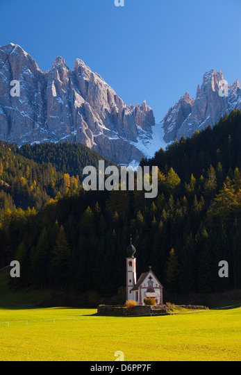 Saint Johann Church, in der Nähe von St. Magdalena, Val di Funes, Dolomiten, Trentino-Alto Adige, South Tirol, Stockbild