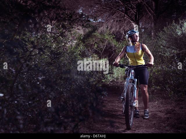 Frau im Wald mit ihrem Mountainbike verloren. Tarifa, Costa De La Luz, Cádiz, Andalusien, Spanien, Europa. Stockbild