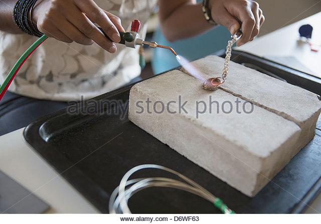 Nahaufnahme von Frauenhand mit Hand-Taschenlampe zum Schmuck machen Stockbild