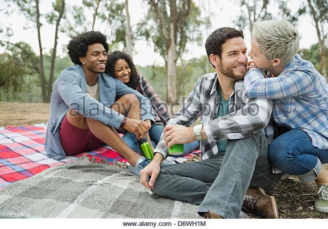 Glückliche Paare verbringen Freizeit zusammen auf Decke Stockbild
