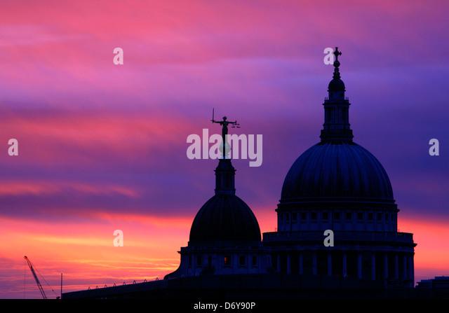 Skyline-Blick bei Sonnenaufgang von der Old Bailey und St. Pauls Cathedral, City of London, UK Stockbild