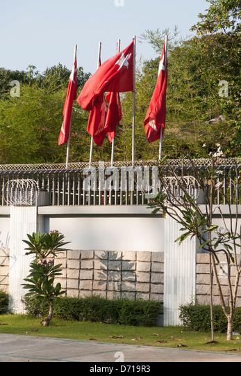 Fahnen außerhalb der Heimat von Aung San Suu Kyi, 54 University Avenue, Yangon (Rangoon), Myanmar, (Burma) Stockbild