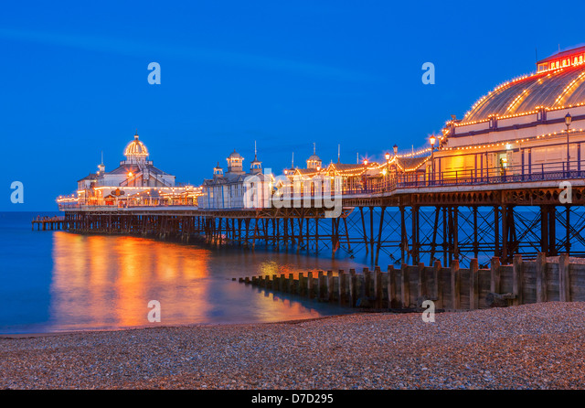 Eastbourne Pier beleuchtet in der Dämmerung Stockbild