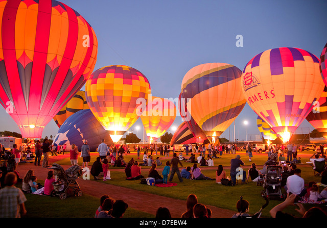 Heißluftballons Leuchten im Dunkeln bei t er Yuma-Ballon-Festival in Yuma, Arizona, Vereinigte Staaten von Stockbild