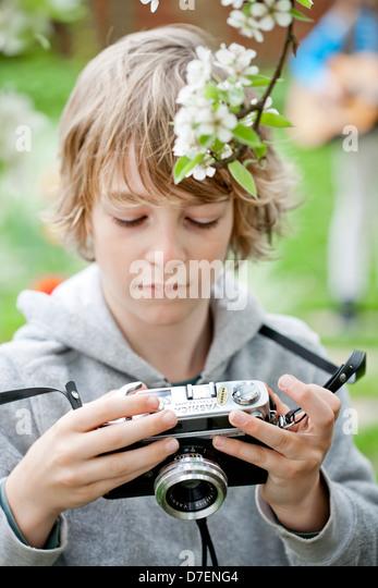Junge mit einer alten Kamera zu spielen. Stockbild