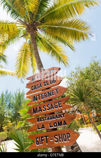 Beschilderung in einem Resort mit Wegbeschreibungen zu verschiedenen Diensten Stockbild