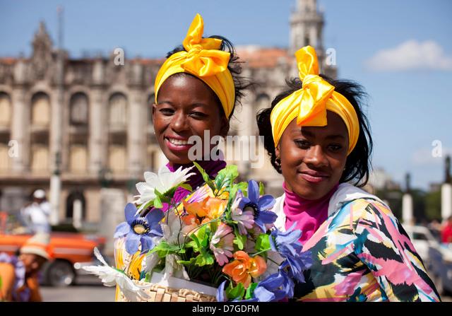 junge Frau mit Kopftuch und bunten Blumen, Havanna, Kuba, Caribbean Stockbild