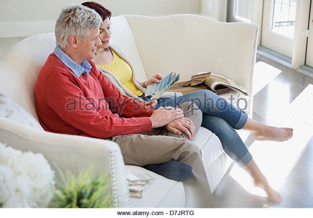 Älteres Paar, die Auswahl der Farbenfarben im neuen Zuhause Stockbild
