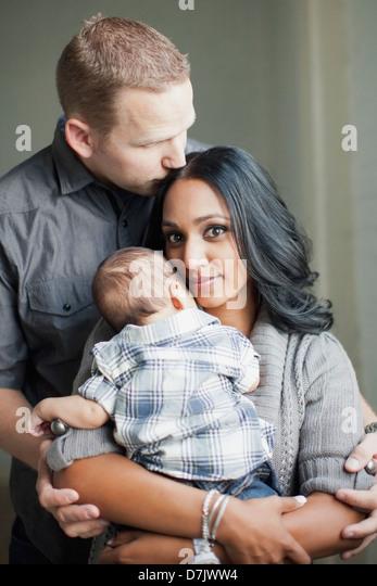 Porträt des multiethnischen Familienglück Stockbild