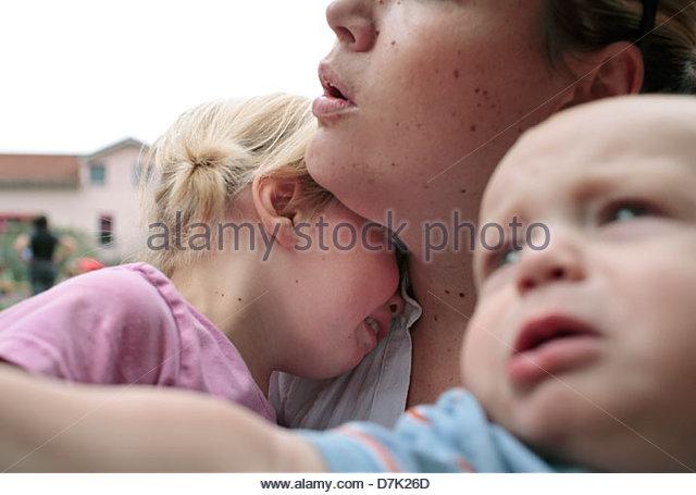 Junge Frau trösten ihre weinende Kinder - Stock-Bilder