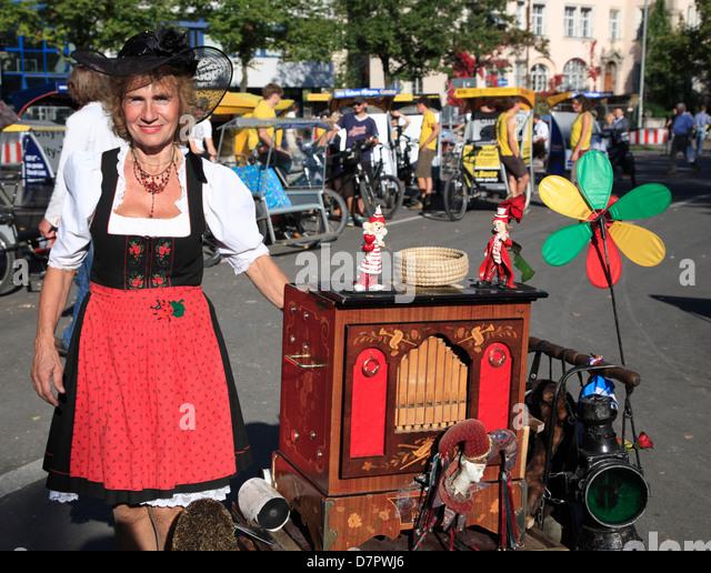 Oktoberfest, Drehleier Frauen in der Nähe von Theresienwiese, München, Bayern, Deutschland Stockbild